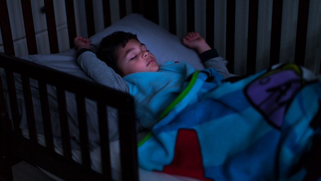 How to teach a toddler to sleep with a blanket?